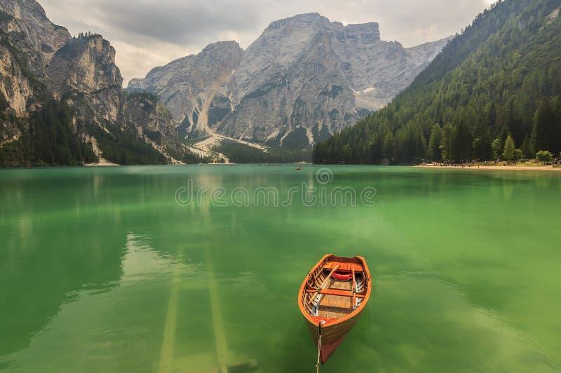 Lac Braies en montagnes de Dolomiti un jour nuageux, alto de Trentino image stock