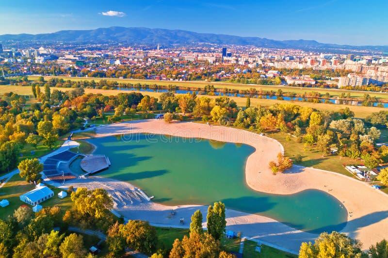 Lac Bundek et ville de vue aérienne d'automne de Zagreb images libres de droits