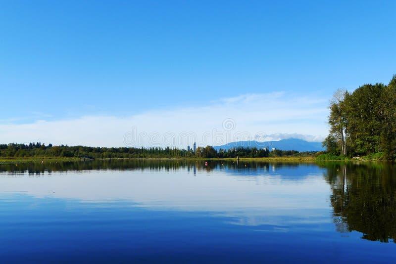 Lac Burnaby avec la réflexion d'arbre en été photo libre de droits