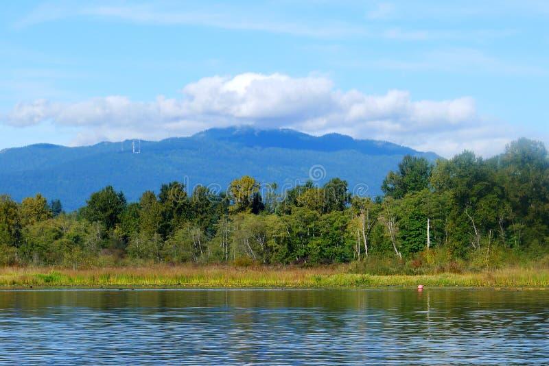 Lac Burnaby avec Mountain View en été photos libres de droits