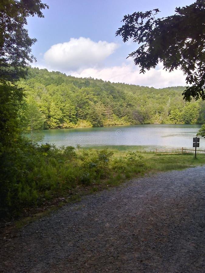 Lac cach? dans les montagnes photos stock