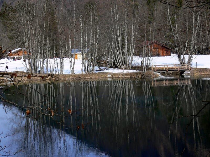 Lac calme en hiver avec le cottage de week-end photographie stock libre de droits