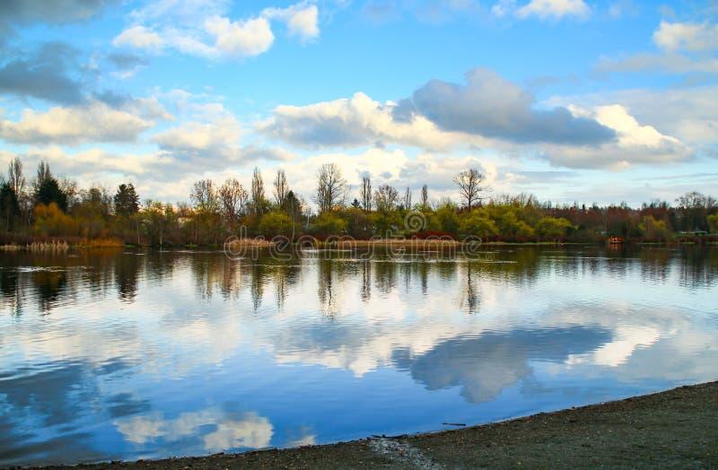 Lac calme et paisible image libre de droits