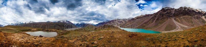 Lac Chandra Taal, panorama de vallée de Spiti photos stock