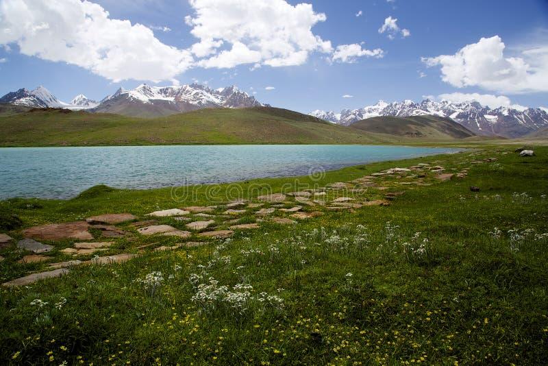 Lac Chandratal dans Spiti photo stock