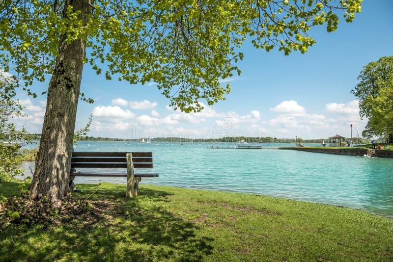 Lac Chiemsee avec l'arbre et le banc photographie stock