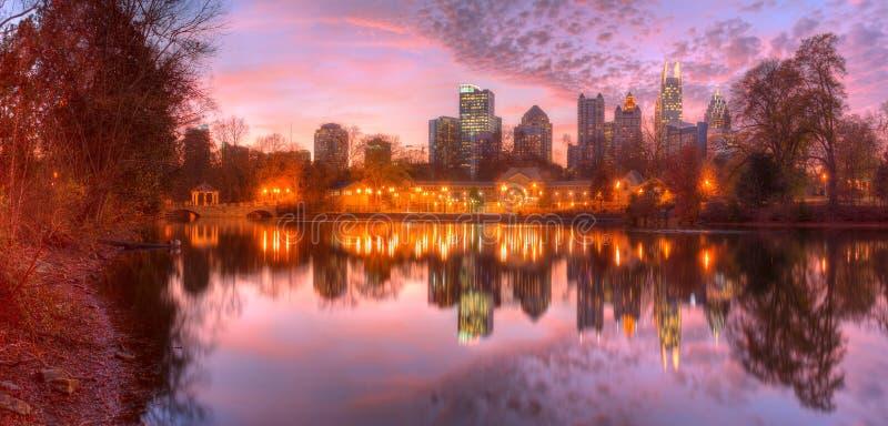 Lac Clara Meer et Midtown Atlanta dans le crépuscule, Etats-Unis image stock