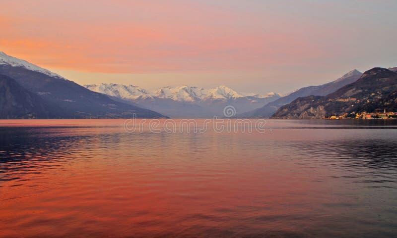 Lac Como au coucher du soleil image stock