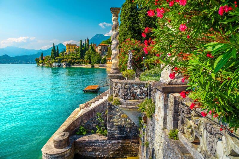 Lac Como avec les villas de luxe et les jardins spectaculaires, Varenna, Italie photographie stock