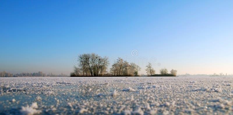 Lac congelé avec des îles en Hollande image libre de droits