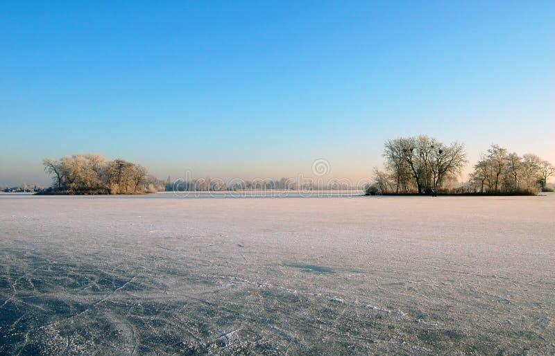 Lac congelé avec des îles en Hollande photos stock