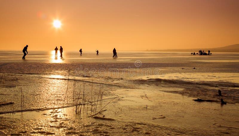 Lac congelé avec des personnes photographie stock libre de droits