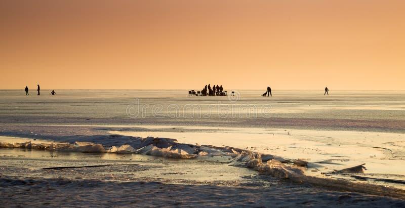 Lac congelé avec des personnes images libres de droits