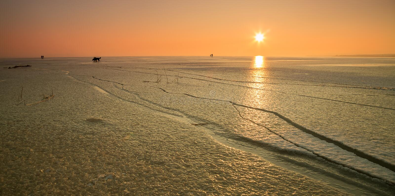 Lac congelé avec des personnes photo stock