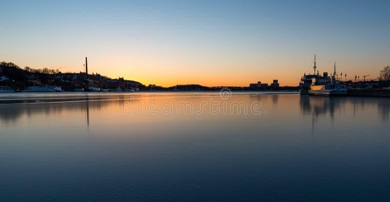 Lac congelé dans le coucher du soleil de Stockholm photos stock