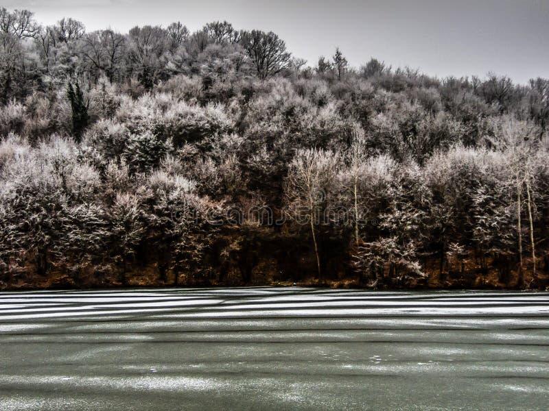 Lac congelé près de Belgrade photographie stock