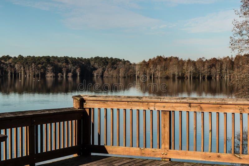 Lac courtaud dans l'automne du pilier de pêche images libres de droits