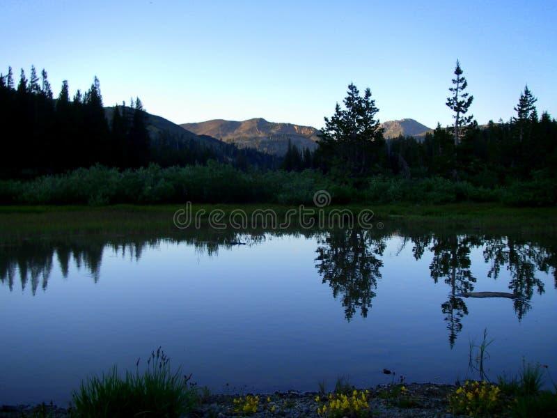 Lac crépusculaire mountain image libre de droits