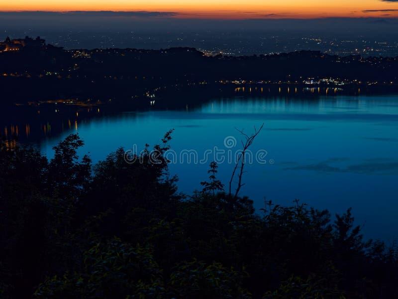 Lac crépusculaire Rome Italie albano Castel Gandolfo photos libres de droits