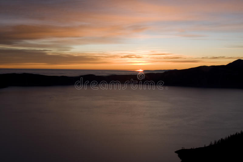 Lac crater au lever de soleil images libres de droits