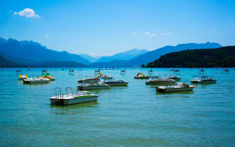 Lac d'Annecy avec le pédalo dans les Alpes du Rhône de région française pendant l'été image libre de droits
