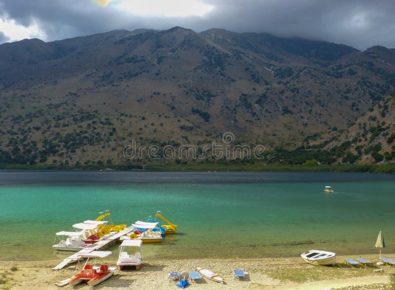 Lac d'eau douce Kournas avec l'équipement de récréation en Crète, Grèce image libre de droits