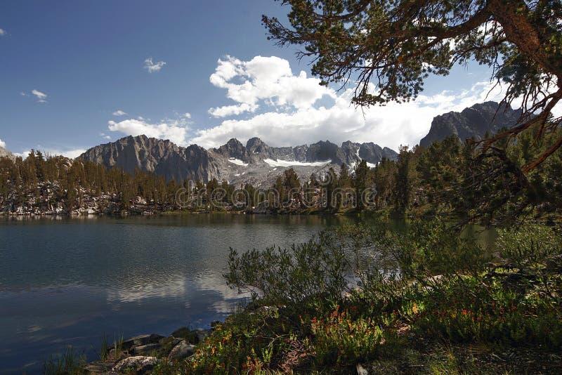 Lac d'isolement réfléchi de montagne photo libre de droits