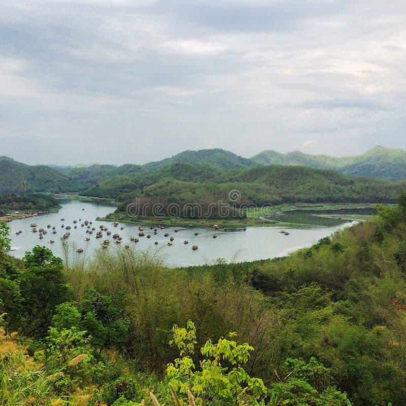 Lac dans la jungle images libres de droits