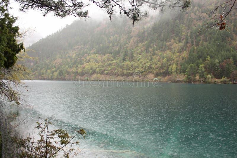 Lac dans la montagne images stock