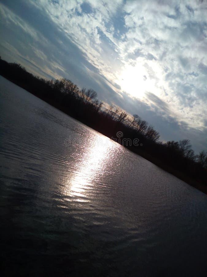 lac dans le beau ciel de soirée images stock
