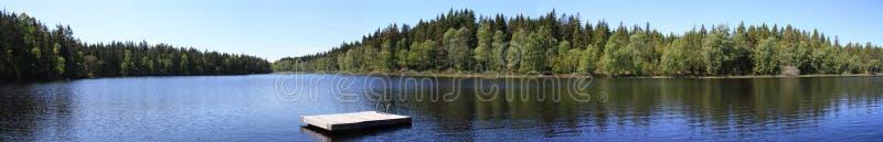 Lac dans le panorama de la Suède image stock