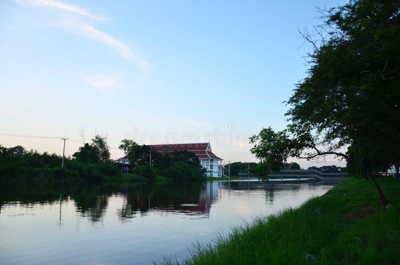 Lac dans le temps de coucher du soleil chez Phutthamonthon photos libres de droits