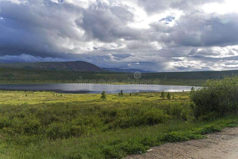 Lac dans les collines des montagnes de Sayan orientales La Sibérie, R photographie stock