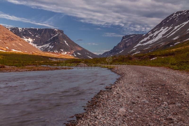 Lac dans les montagnes, paysage Montagnes de Khibiny, région de Mourmansk, Russie image stock