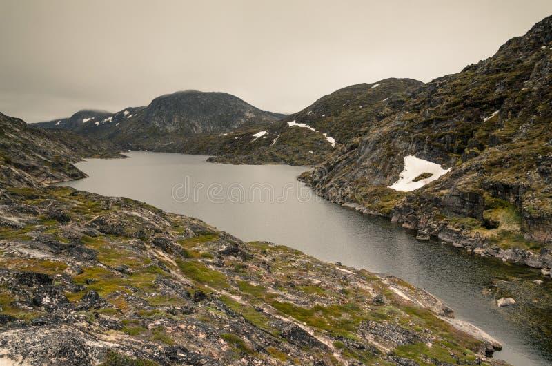 Lac dans les montagnes, sur la traînée bleue dans Ilulissat, le Groenland photos stock