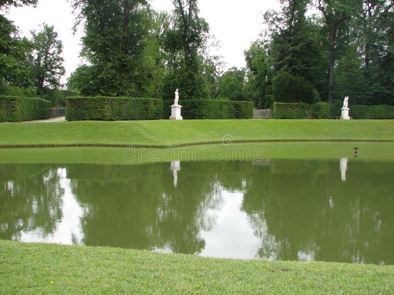 Lac dans un jardin images stock