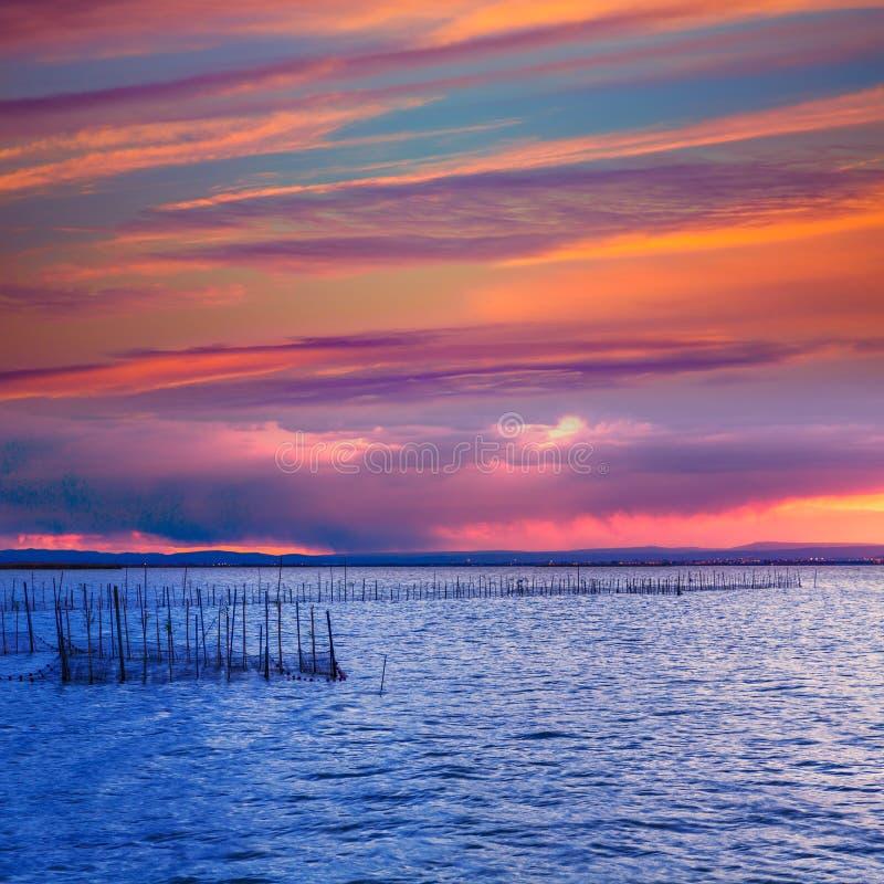 Lac de coucher du soleil d'Albufera dans le saler Espagne d'EL de Valence photos stock