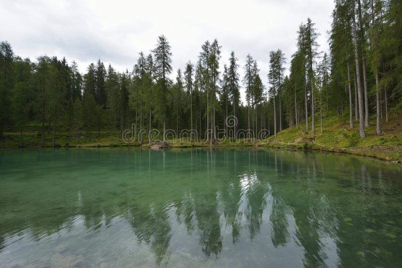 Lac de couleur émeraude merveilleux avec le pont en bois et carlingue près de ` Ampezzo de Cortina d images stock