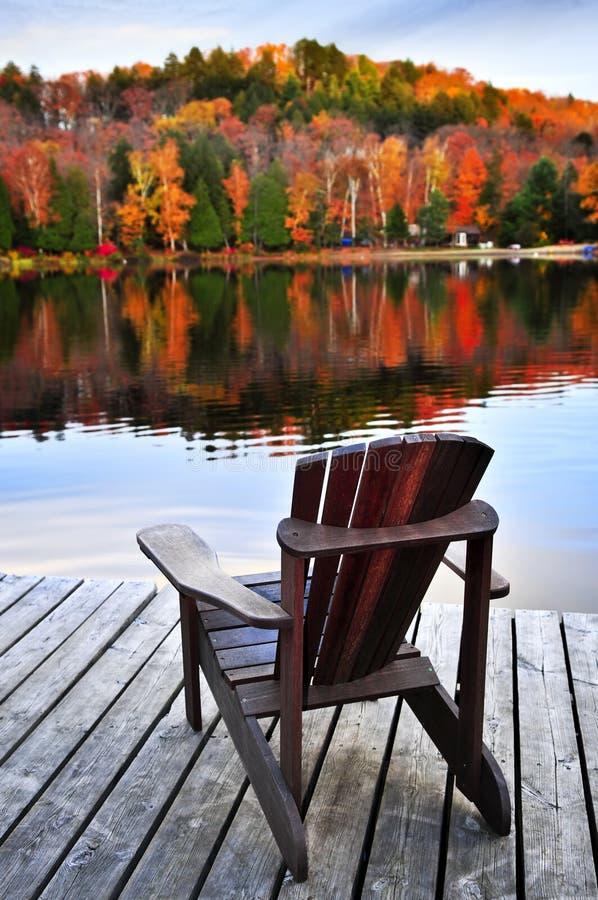 lac de dock d'automne en bois photographie stock libre de droits