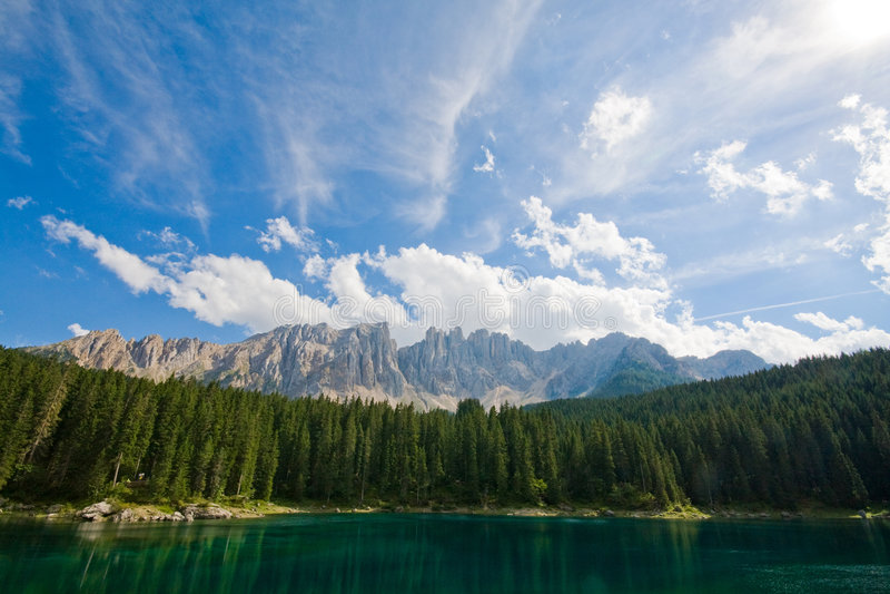 Lac De Dolomiti De Caresse Images stock