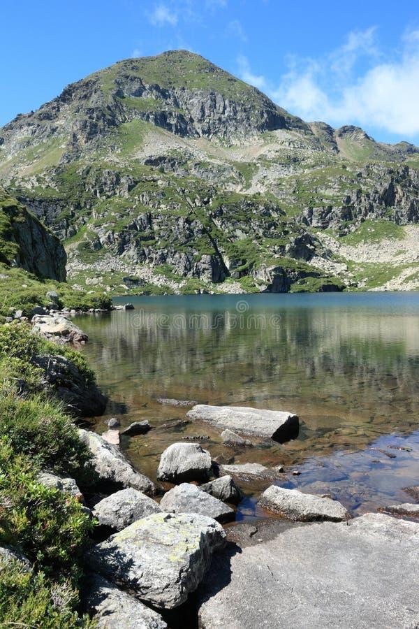 Lac de Fontargente dans Pyrénées image stock