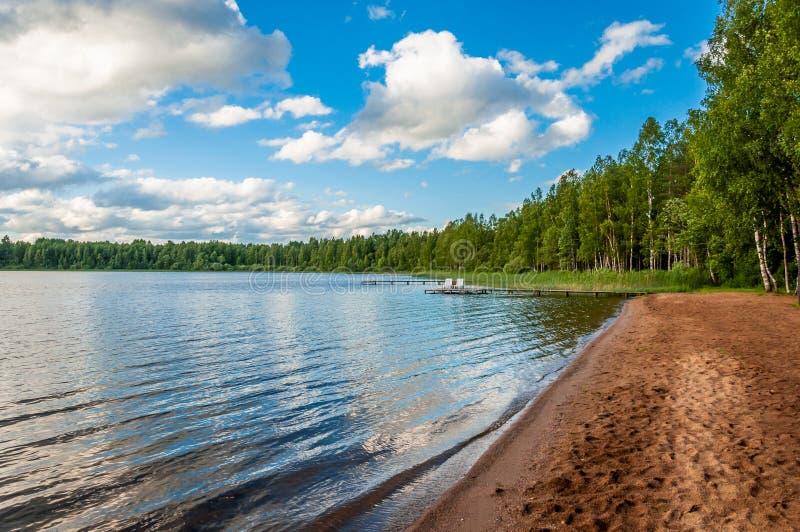Lac de forêt de plage sablonneuse pendant des vacances tranquilles, pêche, évasion, débranchée image stock