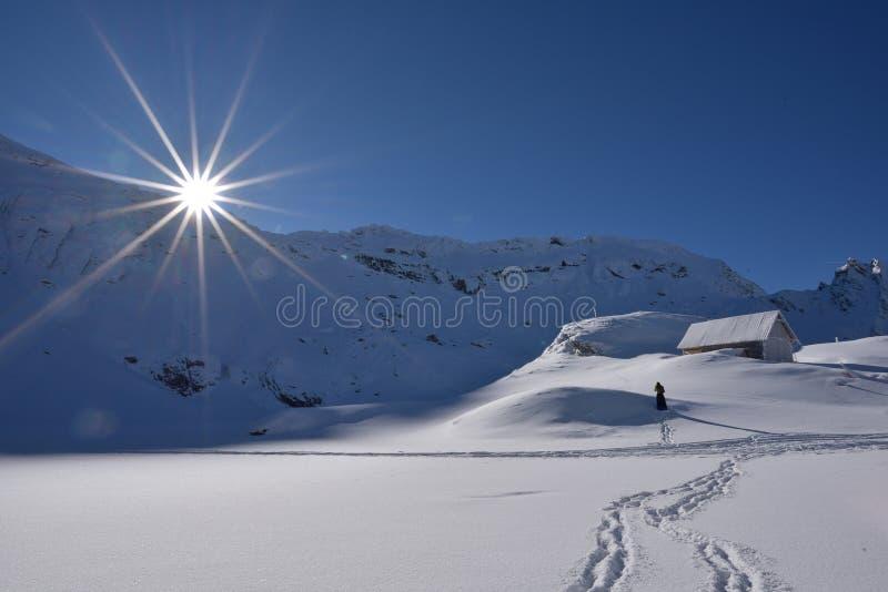 Lac de glacier de Balea dans l'horaire d'hiver, route de Transfagarasan en montagnes carpathiennes de la Roumanie Fagaras images stock