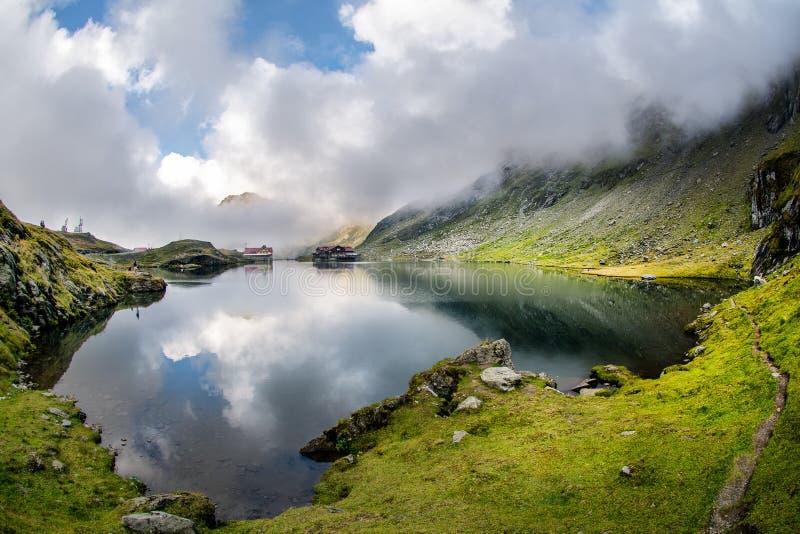 Lac de glacier de Balea, route de Transfagarasan en montagnes carpathiennes de la Roumanie Fagaras image libre de droits