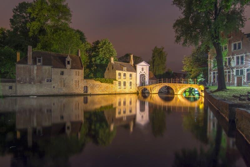 Lac de l'amour et du Beguinage la nuit, Bruges, Belgique images libres de droits