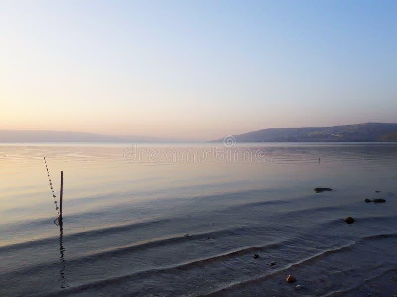 Lac de l'eau plate de coucher du soleil de mer photos libres de droits