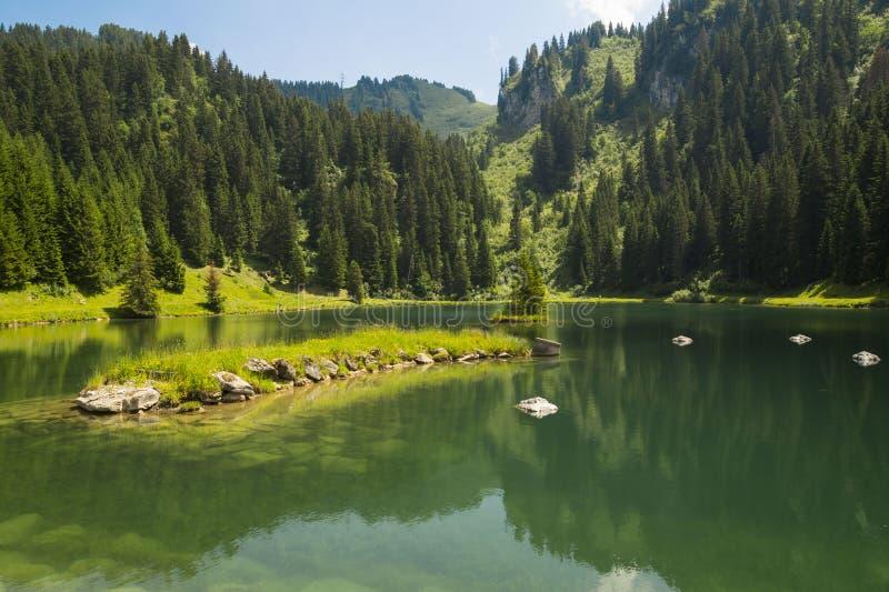 Lac De Los angeles Mouille, jezioro w Savoie regionie, Francja obrazy stock