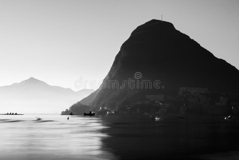 Lac de Lugano en noir et blanc photographie stock libre de droits