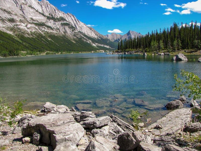 Lac de médecine, roches et montagnes au Canada photo libre de droits