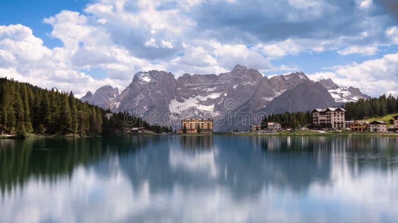 LAC de MISURINA, Cortina d'Ampezzo, DOLOMITES, ITALIE photo stock